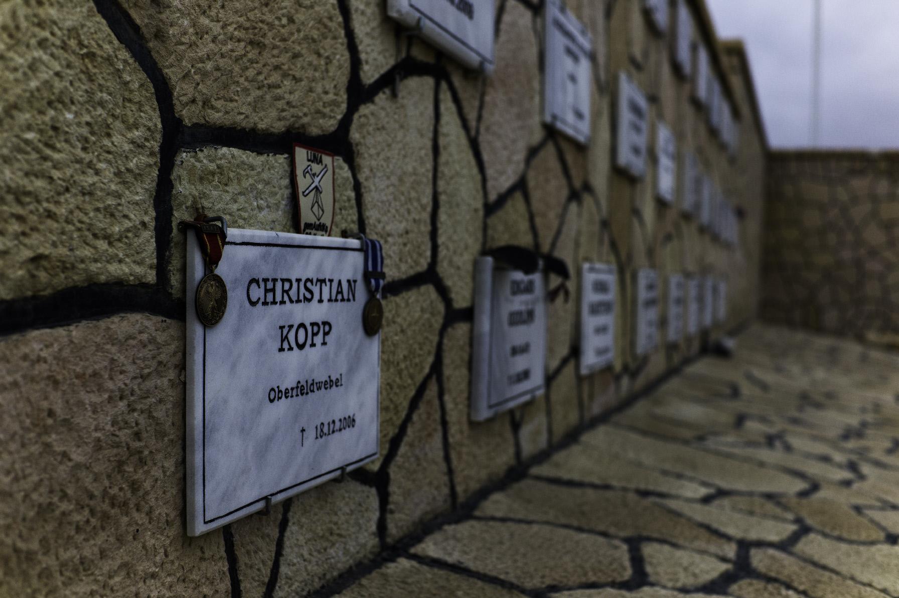 Ehrenhain im Feldlager Mazar e Sharif. Hier gedenken die Soldaten ihrer in Afghanistan gefallenen Kameraden.